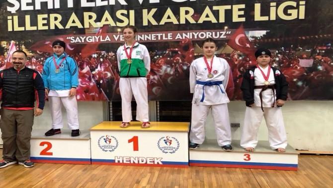 Photo of Karateciler Sakarya'dan 20 madalya ile döndü